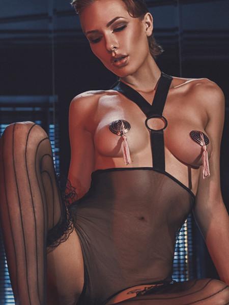 Эротическое боди с открытой грудью и широким ремешком